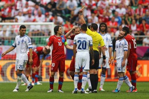 Her får Tomas Rosicky på Tsjekkia gult kort i kampen mot Hellas 12. juni.