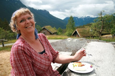 KULTURARV: Judith Vestrheim får servert heimelaga vanilje og rømme saman med pære og hellebærkake. Ho meiner det er viktig at museet fremjar og tek vare på den norske kulturarva.