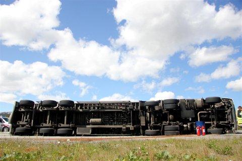 NY VELT: Bildet er av det danske vogntoget som veltet i krysset på Ulsberg i forrige uke. I dag havnet et vogntog i trøbbel på Innset. Foto: Siv Storløkken