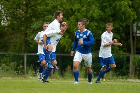 2-2: Steinar Wold blir gratulert av Tarjei Vevle som jublar for utlikninga, i bakgrunnen Kristoffer Valsvik og Endre Wold.
