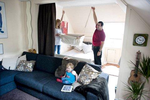 Maren og Juan Pablo Iglesias planlegger soveplass for sønnen som ventes i disse dager. Mia koser seg med Ipaden imens.