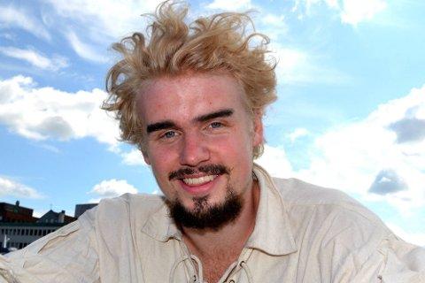 GLAD: Patrik Asplund Stenseth smiler stort etter at han kom videre i skuespillerutdannelsen sin.