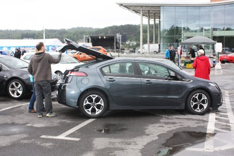 Avansert elbil: Det var stor interesse for den nye elbilen Opel Ampera på bilutstillingen på Sanden.