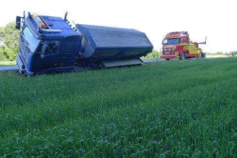To bergingsbiler måtte til for å få den 30 tonn tunge asfaltbilen opp fra grøfta langs fylkesvei 40. (Foto: Eva Almhjell/Vestfold fylkeskommune)