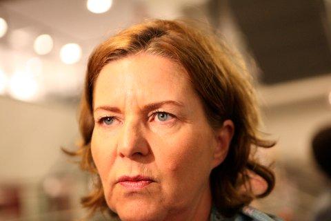 Arbeidsminister Hanne Bjurstrøm (Ap) går inn med tvungen lønnsnemnd i oljekonflikten etter møte med partene i konflikten sent mandag kveld.