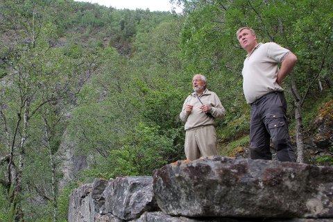 Harald Wathne ( t.v.) og Ivar Kvalen på tomta.