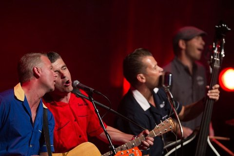 ROCKABILLY: Green Granads underheldt både under den nye opningskonserten og på hovudarenaen. Med sin rockabilly fekk dei verkeleg opp stemninga hjå  publikum.