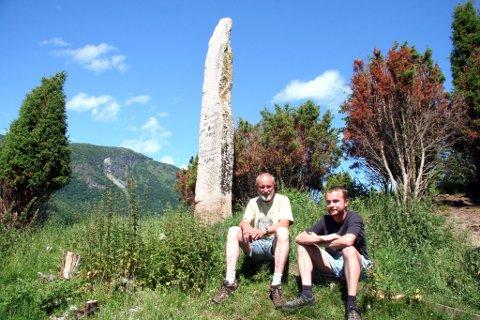 UGRAS: Harald og Stein Nornes er omringa av ugras ved bautasteinen som markerer slaget ved Fimreite.
