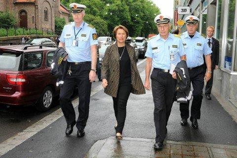 Justisminister Grete Faremo sammen med Oslos politimester Anstein Gjengedal og flankert av Kåre Stølen (til venstre), stasjonssjef ved Grønland politistasjon og Bjørn Hansen, stasjonssjef ved Sentrum politi.