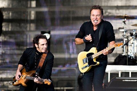 Nils Lofgren sammen med sin sjef Bruce Springsteen under den første konserten på Koengen i 2009.