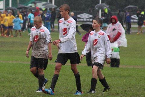Sogndal fekk kjenna på den første regnvêrsdagen på Norway Cup, kaptein Jonas Hove i midten.