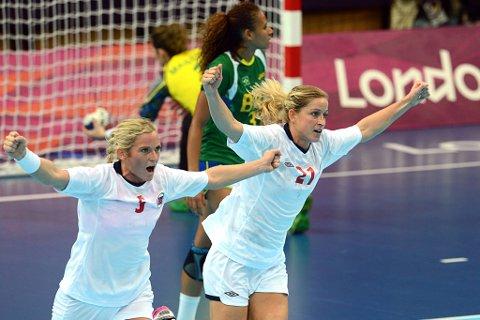 Ida Alstad og Gøril Snorroeggen jubler etter scoring mot Brasil.