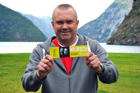 DELER UT BILLETTAR: Kjetil Straumsheim i stiftinga Målrock deler ut billettar til fem festivalpass til vinnarane av Målrock-nøtta.