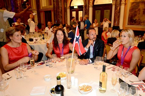 Linn-Kristin Riegelhuth Koren, Kari Mette Johansen og Marit Malm Frafjord feiret OL-gullet sammen med  med kronprins Haakon.