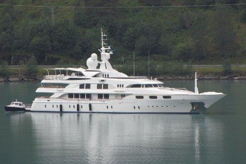 Denne yachten gjorde seg bemerka på Gaupnefjorden onsdag.