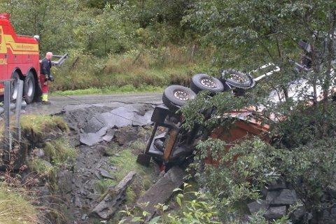 Lastebilen sklei av vegen og velta ved Leina i Flåm. (Foto: Arne Veum)