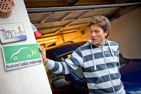 GÅR SPORT: - Hos oss går det sport i å spare energi, og barna er blitt veldig engasjerte, sier trebarnsfar,  lege og miljøentusiast Arne Nakling. Her på taket er solcellepanelene som gir familien mye strøm i sommersesongen.