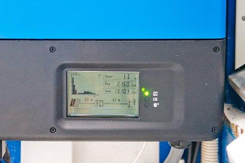 Produserer solstrøm: En utvendig måler viser produksjonen av solstrøm på taket en skikkelig regnværsdag.
