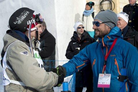 Vinjar Slåtten ble nummer ni i finalen i VM i kulekjøring. Her hilser han på Kronprins Haakon.