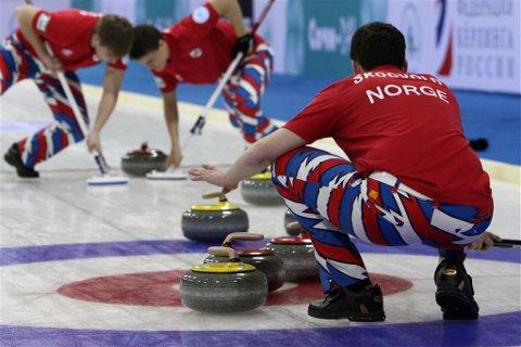 Utslått:  De norske curlingjuniorene matte se seg slat av hjemmefavoritten Russland. Dermed er guttene ute av VM. Foto: Richard Gray