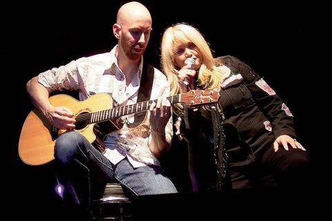 Bonnie Tyler skal prepresentere England i MGP. Her fra en konsert med Matt Petrin i 2006.