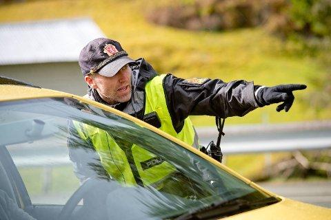 Politibetjent Nils Tore Eriksen bøtela for få dagers siden en bilist som varslet andre om fartskontroll ved å blinke med lysene. Dette bildet er fra kontroll av påsketrafikken i Samnanger på fredag.