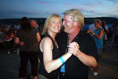 Sissel Gladhaug og Tom Eriksen svingte seg til flott musikk og vakker solnedgang.