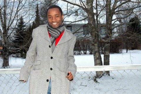 GLAD: John Mpongo har samla inn 50 000 kroner. Nå gjenstår det å få familien på nitten frå Kongo til Uganda.