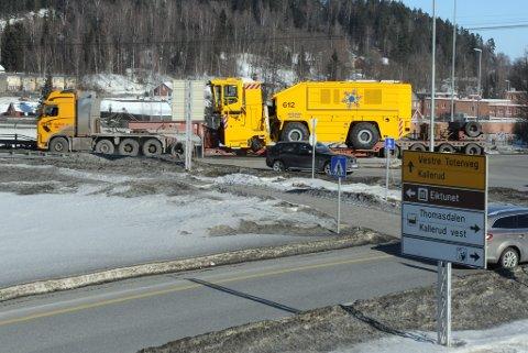 OA fulgte den nesten 50 tonn tunge snøfreserens ferd gjennom Gjøvik fredag. Det ble til tider trangt i rundkjøringene.