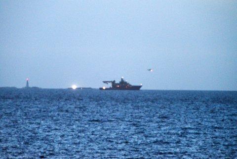 Flere båter og et Sea King-helikopter bistår i søket etter den 22 år gamle mannen. Foto: Alexander Lehmann