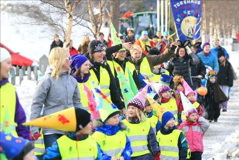 Det ble vinterkarneval i varmegrader da 260 personer deltok under vinterfestens karneval fredag formiddag. (Foto: Fredrik Mellemseter)