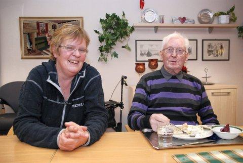 MER FERSKFISK: Kjøkkensjef Inger Lothe lover mye mer ferskfisk på middagsbordet på helsesenteret heretter. Det liker Ole Rasmussen (85) fra Gamvik å høre. Han syntes mølja var kjempegod.