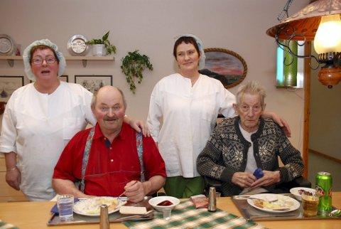 """MYE ROS: Kokkene Vera Leinan (t.v.) og Torny Eilertsen var glade over at Knut """"Kjeila"""" Johansen (t.v.), Elis Pedersen og de andre beboerne satte stor pris på mølja de fikk servert."""