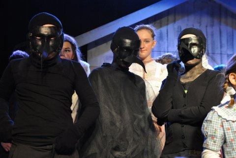 «Tåkehavet» er en forestilling som bygger på myter og sagn i fra Loppa kommune. 70 elever fra Høgtun skole og kulturskolen har vært involvert i oppsetningen av stykket. Foreldre og lærere har også bidratt med kostymer og kullisser.