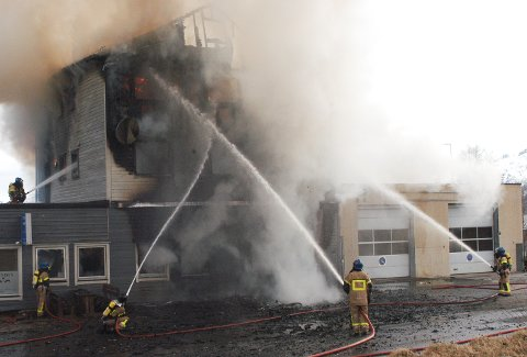 15 personer ble husløse da det fredag morgen brøt ut brann i et av Lødingen mottakssenter sine bygg. Personer måtte hoppe fra 2. og 3. etasje for å komme seg ut av bygningen i live.