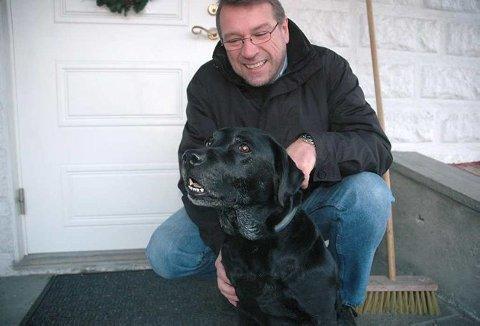 Uredd raketter : Labradoren Kaja (11) tilbrakte for tredje året på rad nyttårsaften på hundepensjonatet ved Mørk i Larvik. - Kaja er på ingen måte redd for rakettene, hun løper heller etter dem, ler Fred Karlsen fra Sandefjord.