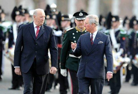 Kong Harald og prins Charles på Akershus festning tirsdag i forbindelse med kransenedleggelse ved nasjonalmonumentet.