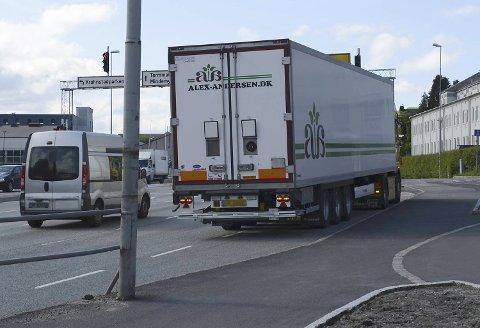 Personbilen støtte sammen med denne lastebilen.