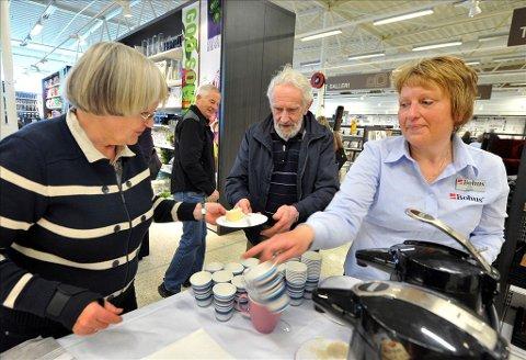 Servering: Gjertrud Hopen (fra venstre) sa seg gledelig ja til å servere bløtkake til Elin Kronborg og Per Bjerkestrand.