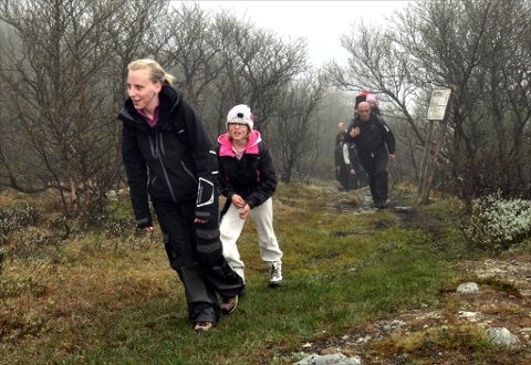 Lene Heggvoll og Benedicte Sæther med Ingar Heggvoll i bakgrunnen. Han har Kaja Heggvoll Sandaker på ryggen.