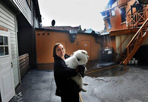 NÆR PÅ: Ellen Olsen har mistet sine eiendeler i en tidligere brann i Fredrikstad. Natt til tirsdag var det nære på igjen. Olsens leilighet ligger opp til venstre i bildet. Bygningen som brant sees til høyre. (Foto: Jarl M. Andersen)