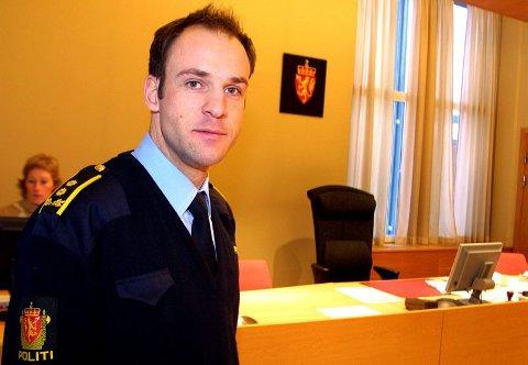 TAUS: Politiadvokat Håvard Ryengen i Romerike politidistrikt begjærte i går fire personer varetektsfengslet i Nedre Romerike tingrett. Han avviste alle spørsmål fra Romerikes Blad. FOTO: JON THEODOR HAUGER