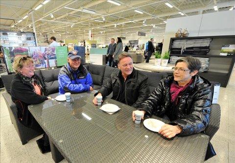 Godt: Marit Rødahl Bøe (fra venstre), Oskar Bøe, Elling Amundsen og Målfrid Amundsen koste seg i sofagruppen med bløtkake.