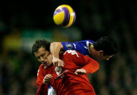 Petter Vaagan Moen scorer ett mål. Men det monner lite. Her i duell med Evertons Mikel Arteta som scoret Evertons fjerde mål.