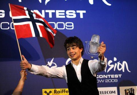 Alexander Rybak viste seg som en ekte showmann og danset på bordet på pressekonferansen etter seieren i Moskva i 2009.