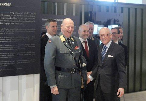 Kong Harald åpnet tirsdag en ny utstilling i forsvarsmuseet. Her sammen med Kåre Willoch.
