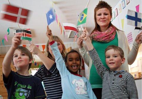 FLAGG: Albert fra Danmark (t.v.), Asisa fra Somalia og Darlan fra Brasil, med barnehagelærene Ingebjørg Solset (t.h) og Ann-Helen Arnesen.