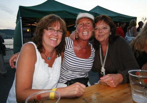 Fra venstre: Torgerd Gaarder, Heidi Wenner og Trine Sørbråten storkoste seg:  - Vi har det fint på bluesfestival, smiler Gaarder.
