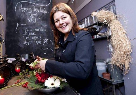 Lovinda er daglig leder i Iris Blomster/BlomsterDekor. Hun viser deg hvordan du kan lage egne blomsterdekorasjoner til jul.