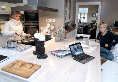 På det nye kjøkkenet er det god plass for familien. Her lager Mia middag mens lillebror Mikkel gjør lekser.